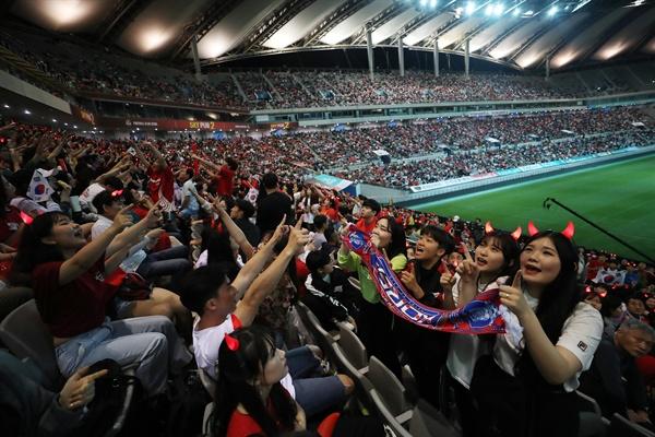 축구 U-20 월드컵 한국과 우크라이나의 결승전 경기가 열리는 16일 새벽 서울월드컵경기장에서 시민들이 응원을 하고 있다.