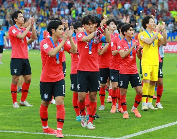 15일 오후(현지시간) 폴란드 우치 경기장에서 열린 2019 국제축구연맹(FIFA) 20세 이하(U-20) 월드컵에서 준우승을 차지한 한국팀 선수들이 목에 메달을 걸고 경기장에 응원 온 팬들에게 인사하고 있다.