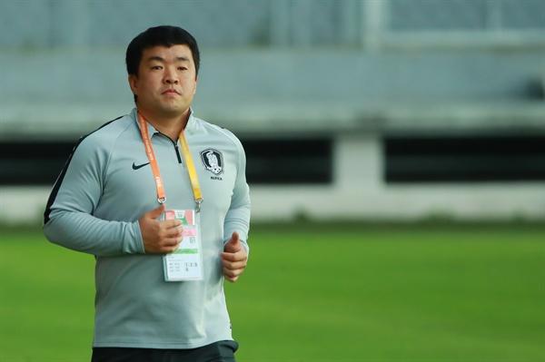 U-20 숨은 주역, 김성진 의무 트레이너 2019 국제축구연맹(FIFA) 20세 이하(U-20) 월드컵 결승을 앞두고 한국 대표팀 김성진 의무트레이너가 13일 오후(현지시간) 폴란드 우치의 팀 훈련장에서 인터뷰를 위해 이동하고 있다.