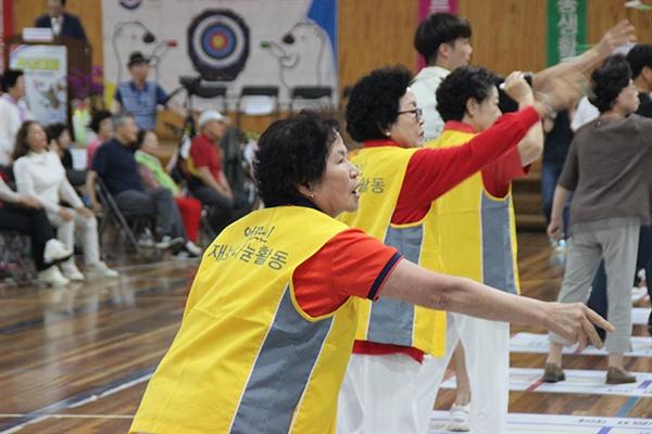 대회 참가자가 한궁을 던지고 있다.