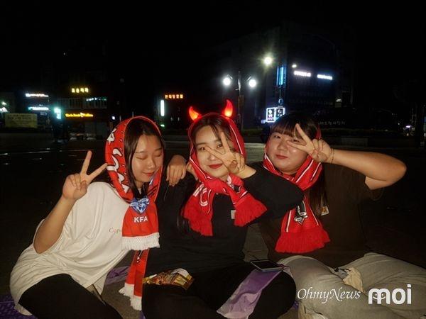 서산시청 앞 거리응원에 참여한 시민들의 모습.
