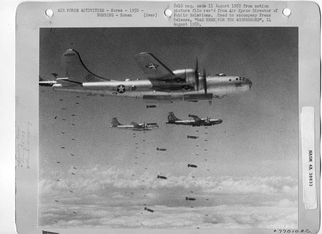 1950. 8. 11. 미 공군 B-29 전투기들이 인민군 진지에 무차별로 폭탄을 투하하고 있다.