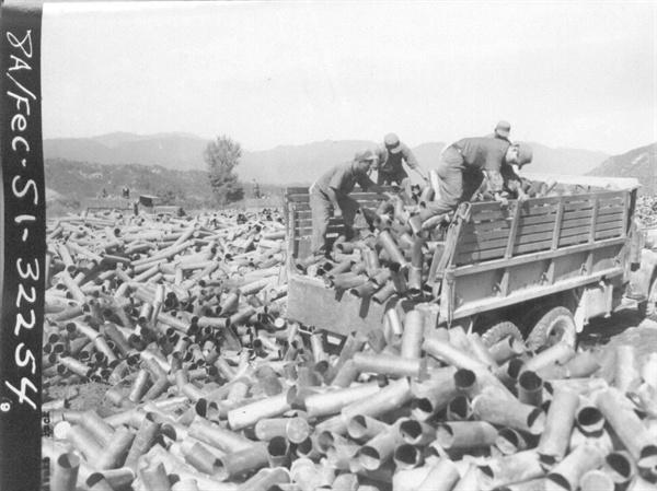 1951. 9. 6. 한반도를 초토화시킨 포탄 껍질들.