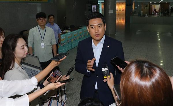 바른미래당 오신환 원내대표가 16일 오후 국회 의원회관에서 열린 서울·경기·인천 신입당원 교육 도중 교육장을 나와 국회 정상화 협상에 대한 기자들의 질문에 답하고 있다.