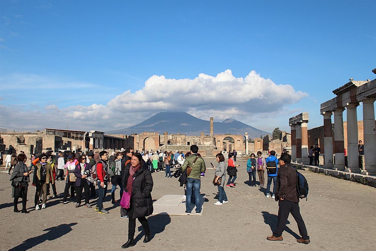 페허가 된 폼페이의 제우스 광장 사이로 보이는 베수비오  화산 모습