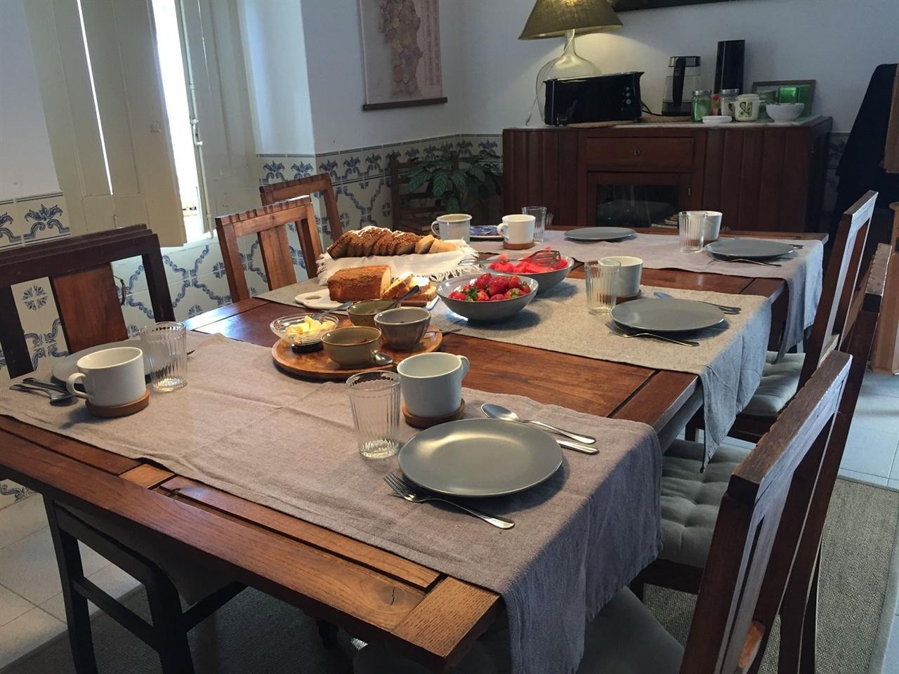 숙소 주인장의 정성스러운 아침 식탁 너무도 예쁜 식탁에 정성스러운 아침식사가 준비되어 있어요. 미국, 캐나다, 독일에서 온 친구들과 함께 서로의 여행을 나눴습니다. 행복한 시간이네요.