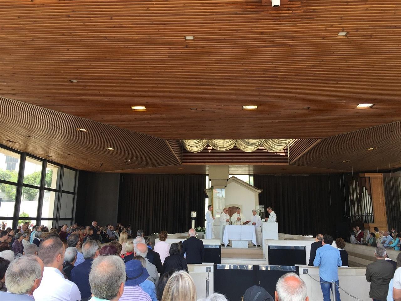성지의 예배당에서 예배가 진행중이었어요.  신부님과 신자들, 성모가 발현하신 공간 주변으로 기도를 올리는 사람들의 진지한 기원이 가득한 시간이었네요. 그 안을 가득채운 기도와 찬송이 성스럽게 느껴졌습니다. 당신의 평화를 빕니다.