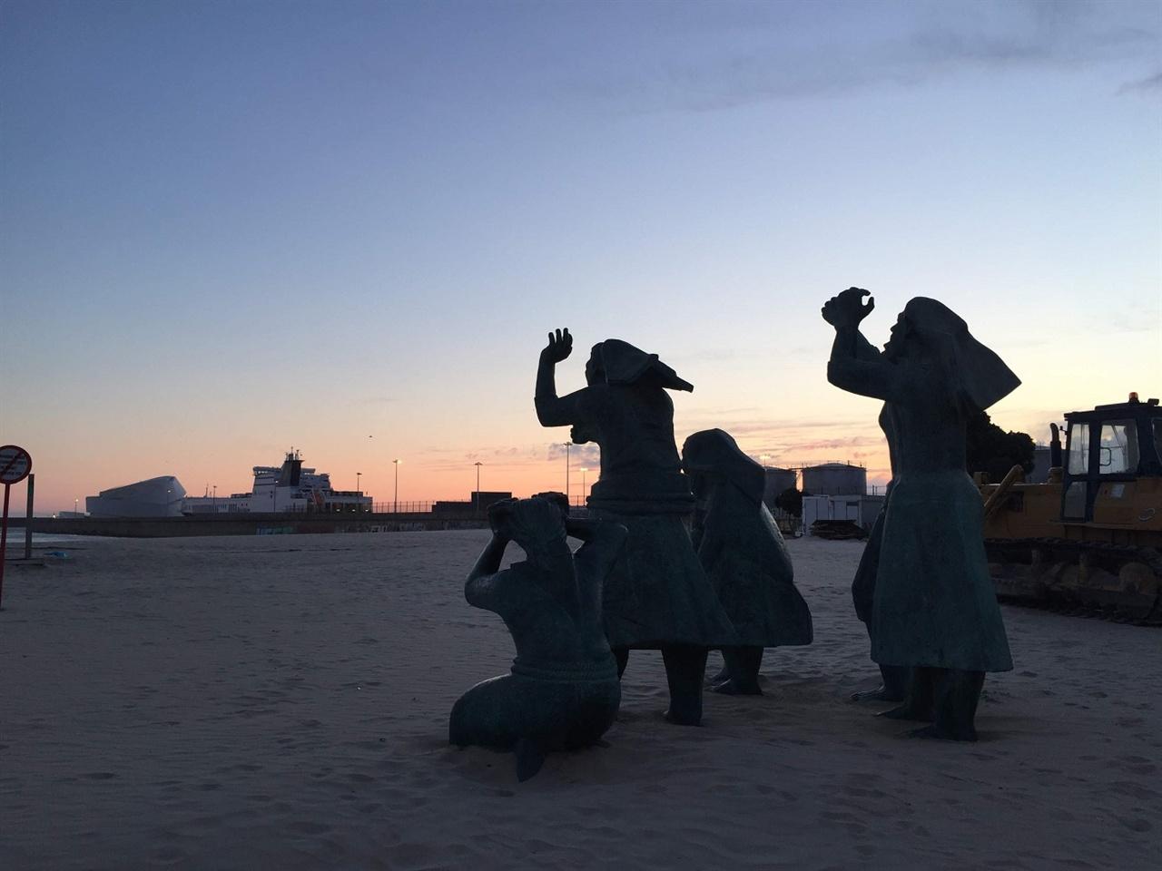 '해변의 비극'이라는 작품이었어요.  이 곳 출신의 작가가 그려놓은 작품을 토대로 만들어 놓은 작품을 배경으로, 오늘 이 곳의 태양과 작별 인사를 나누네요. 아름다운 바다였어요. 감사합니다.