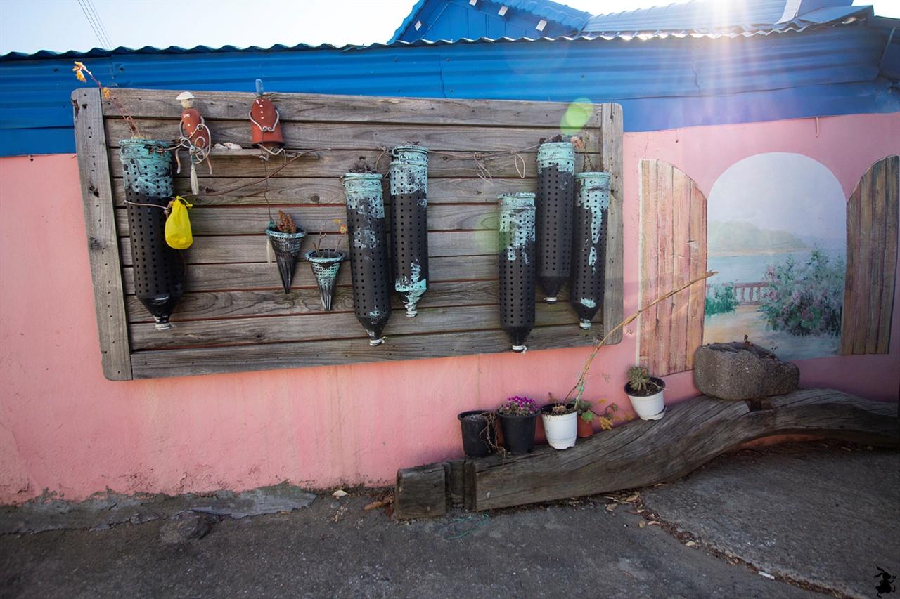 연홍도의 정크아트 섬 전체가 작은 미술관인 연흥도는 파도에 떠밀려온 쓰레기나 섬에서 얻은 재료로 작품을 연출한 점이 놀랐다.