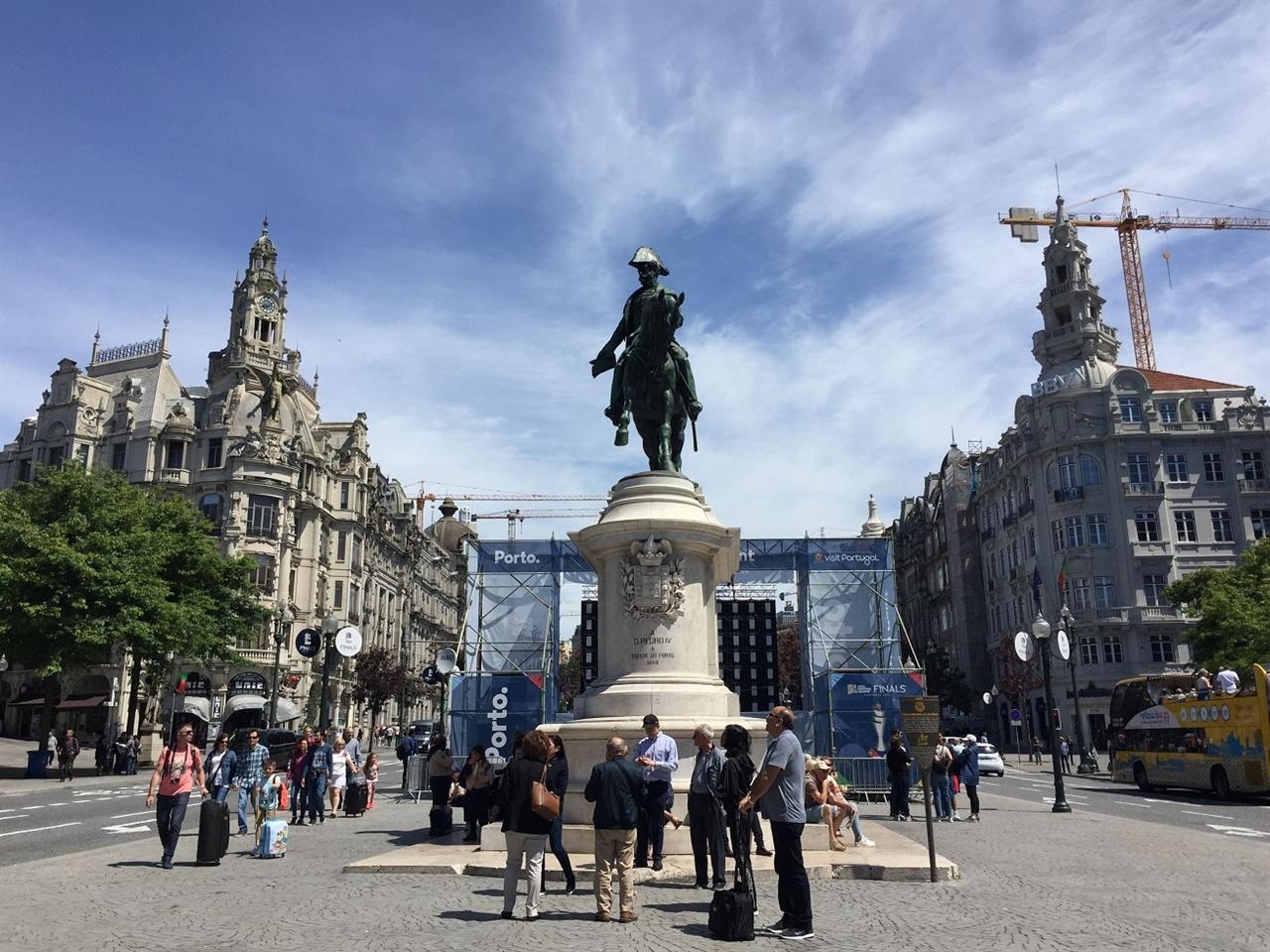포르투 시내의 중앙 광장입니다.  중앙 광장 곳곳에는 오늘의 팬미팅을 위한 스크린이 놓여 있었어요. 오전이라 아직은 사람들이 많지 않았는데, 오후부터는 몰려든 팬들과 교통 통제로 혼란이었어요.