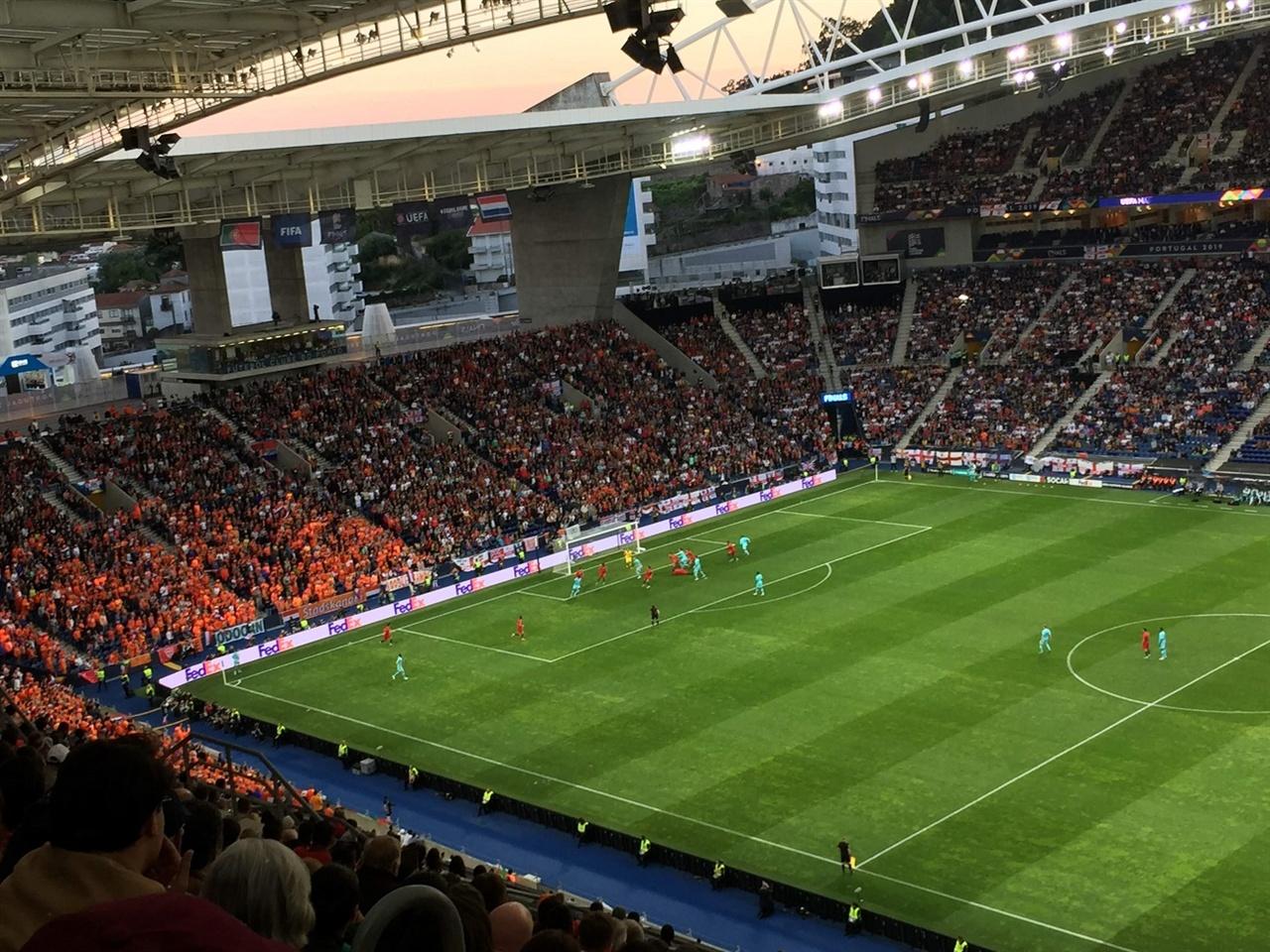 원정팀 응원석에 집중해 주세요.  렌지색 유니폼을 입은 네덜란드 응원단 옆으로, 거의 다 포르투갈 응원단이 자리를 차지하고 있었어요. 그런데, 여기저기 붙어있는 잉글랜드 깃발, 찾으셨나요? 한두 개가 아니었어요. 원정팀 응원석을 뒤덮다시피 했더라고요.