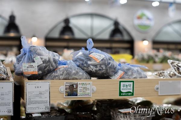 로컬푸드 직매장에서는 일반 판매장에서 하기 힘든 걸 할 수 있다. 다품종 소량 생산하는 생산자는 가장 맛있는 시점에, 가장 맛있는 품종으로 판매할 수 있다.