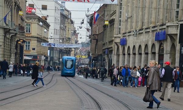 자그레브 중심가. 주말의 수많은 인파 사이로 파란 트램이 지나가고 있다.