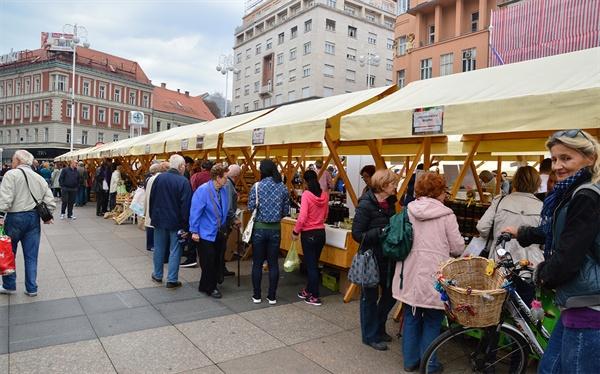 반 엘라치치 광장. 주말의 광장에는 특산 농산물들이 팔리는 가판 시장이 열린다.