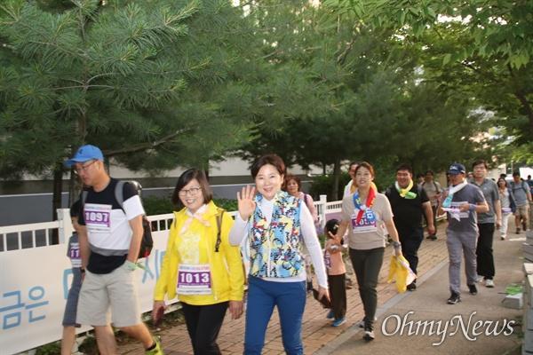 제5회 평화통일염원 걷기대회에 참사한 차가자들이 함께 즐거운 마음으로 걷고 있다.