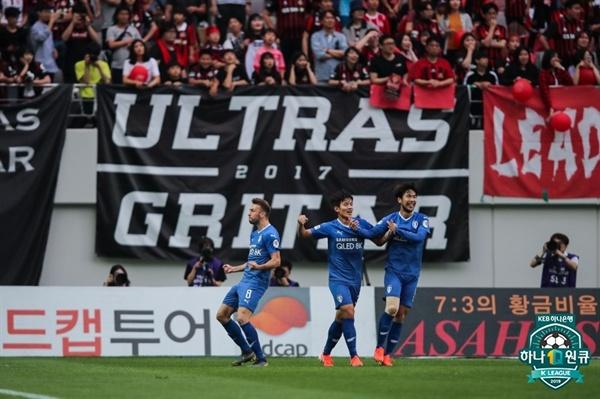 2019년 6월 16일 서울월드컵경기장에서 열린 K리그1 FC 서울과 수원 삼성의 경기. 수원 사리치가 득점한 후 세리머니하고 있다.