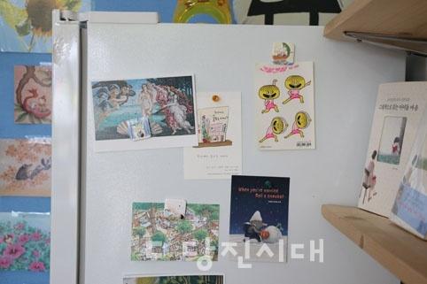 곳곳에 붙여진 아기자기한 엽서와 스티커들