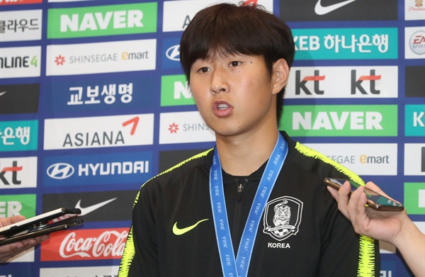 U20 골든볼의 주인, 이강인 2019 국제축구연맹(FIFA) 20세 이하(U-20) 월드컵에서 준우승을 거둔 U-20 대표팀의 이강인이 17일 오전 인천국제공항을 통해 귀국해 취재진 질문에 답하고 있다.