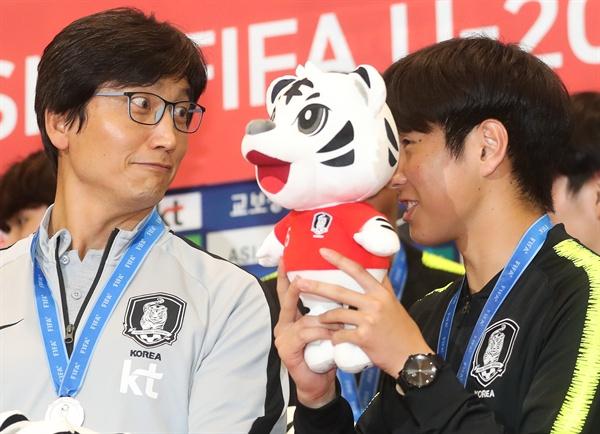 이강인 '감독님 눈 부셔요' 2019 국제축구연맹(FIFA) 20세 이하(U-20) 월드컵에서 준우승을 거둔 정정용 대표팀 감독(왼쪽)과 이강인이 17일 오전 인천국제공항을 통해 귀국해 이야기를 나누고 있다.