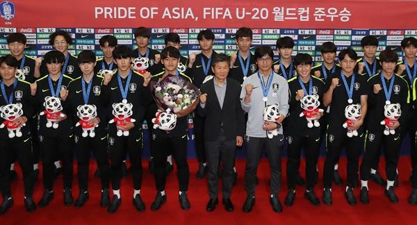 돌아온 U-20 태극전사 폴란드에서 열린 축구 U-20 월드컵에서 준우승을 차지한 한국 대표팀 정정용 감독(앞줄 오른쪽에서 네 번째)과 이강인 등 선수들이 17일 오전 영종도 인천국제공항으로 귀국해 기념촬영을 하고 있다.