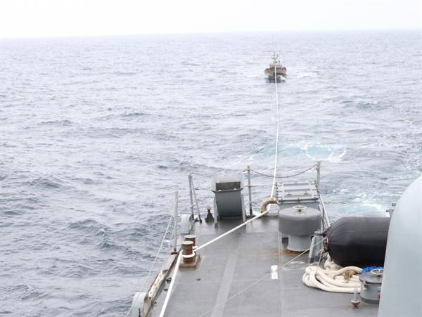 """합참 """"북한 어선 속초 NLL 이남서 표류... 예인 후 북측 인계"""" (서울=연합뉴스) 합동참모본부는 11일 오후 1시 15분께 해군 함정이 동해 해상에서 기관고장으로 표류 중이던 북한어선 1척(6명 탑승)을 구조해 북측에 인계했다고 밝혔다. 사진은 해군에 구조된 북한어선의 모습. 2019.6.11 [합동참모본부 제공]"""
