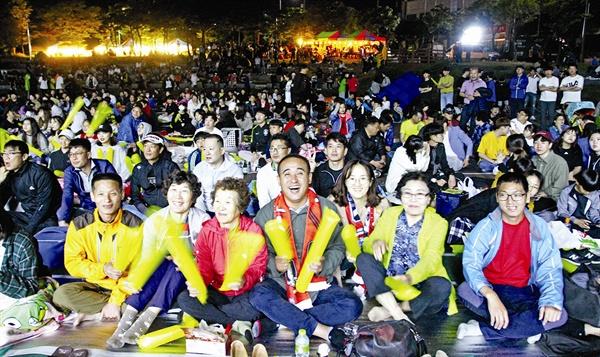 광양시민 길거리 응원전 황태현 선수의 가족들이 '2019 FIFA U-20 월드컵' 결승전 경기를 보며 대한민국 선수들을 응원하고 있다.