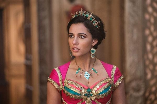 2019년 <알라딘>에서 자스민의 자신의 목소리를 내고 실천하는 여성으로 그려진다.
