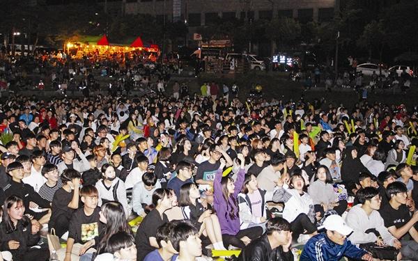 시민 길거리 응원전 광양시청 앞 야외공연장에서 '2019 FIFA U-20 월드컵 결승전' 응원을 하고 있는 시민들