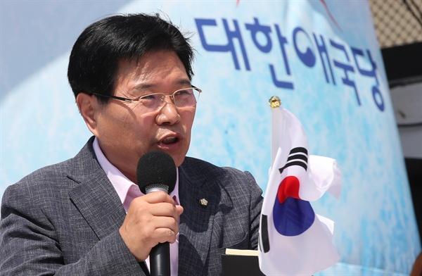 자유한국당 홍문종 의원이 15일 오후 서울역 광장에서 열린 태극기집회에서 탈당선언을 하고 있다.