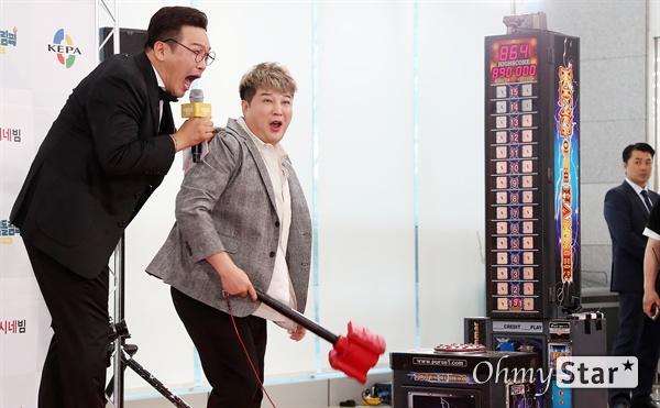 '게임돌림픽' 신동, 나는야 돼르! 슈퍼주니어의 신동이 17일 오전 서울 상암동 에스플렉스센터 OGN e 스타티움에서 열린 게임채널 OGN <게임돌림픽 2019 : 골든카드> 공개녹화 레드카펫에서 해머게임에서 나온 점수를 보며 놀라고 있다. 지난해 11월 첫 선을 보인 뒤 두번째 시즌을 맞은 <게임돌림픽 2019 : 골든카드>는 게임을 즐겨하는 아이돌들의 게임 실력을 겨루는 아이돌 e스포츠 대회로, 김희철 팀과 신동 팀으로 나뉘어 승자를 가리는 게임 예능 프로그램이다. 하반기 방송 예정.
