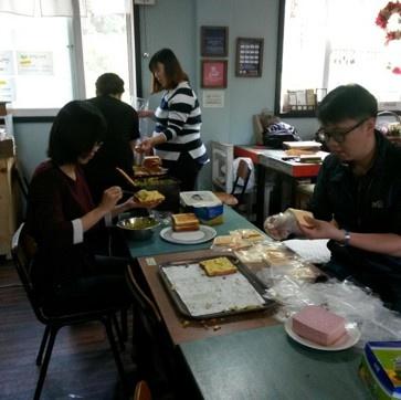 샌드위치 80인분을 만들기 위해 일손을 보태준 출자자와 주민들