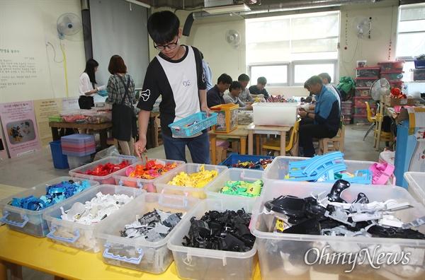 31일 오후 서울 은평구 서울혁신파크 내 금자동이가 운영하는 장난감학교 '쓸모' 프로그램에 참가자들이 버려진 장난감을 분해, 재질별 분리하는 작업을 하고 있다.