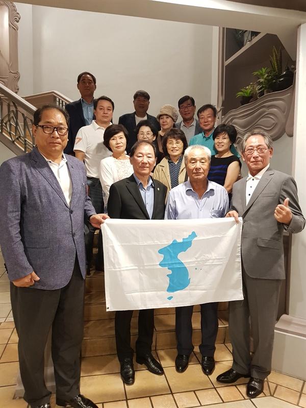14일 필리핀에서 북한에 쌀보내기 사업을 결의하고 한반도기를 들고 인증사진