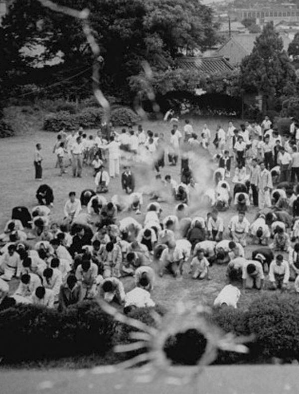 김구 시해 소식을 듣고 경교장에 달려와 통곡하는 서울시민들(1948. 6. 26.)