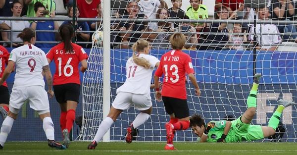 오늘 경기 첫 실점 17일(현지시간) 프랑스 랭스의 스타드 오귀스트-들론에서 열린 2019 국제축구연맹(FIFA) 프랑스 여자 월드컵 조별리그 A조 3차전 한국과 노르웨이의 경기. 전반 한국이 실점하고 있다.