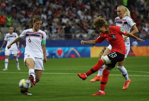 여민지 힘차게 17일(현지시간) 프랑스 랭스의 스타드 오귀스트-들론에서 열린 2019 국제축구연맹(FIFA) 프랑스 여자 월드컵 조별리그 A조 3차전 한국과 노르웨이의 경기. 한국 여민지가 슛하고 있다.