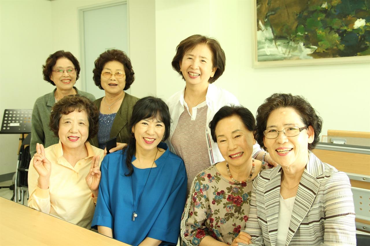 박정묘 지휘선생님과 붙박이 소프라노 단원들 노래가 좋아 여러해동안 함께해오고 있는 단원들