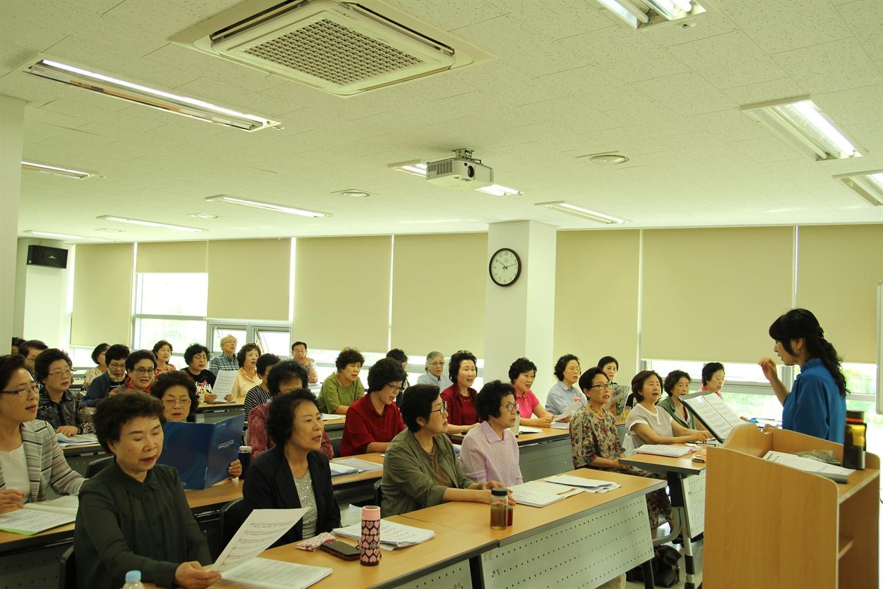 합창 연습하는 단원들과 박정묘 지휘선생님 매주 화, 목요일에 2시간씩 연습하는 단원들