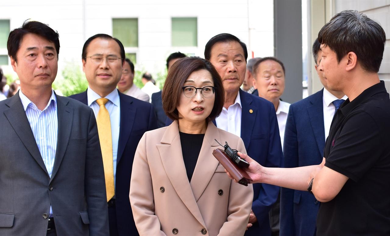 2차 공판 출석전 취재진의 질문에 답하고 있는 은수미 성남시장