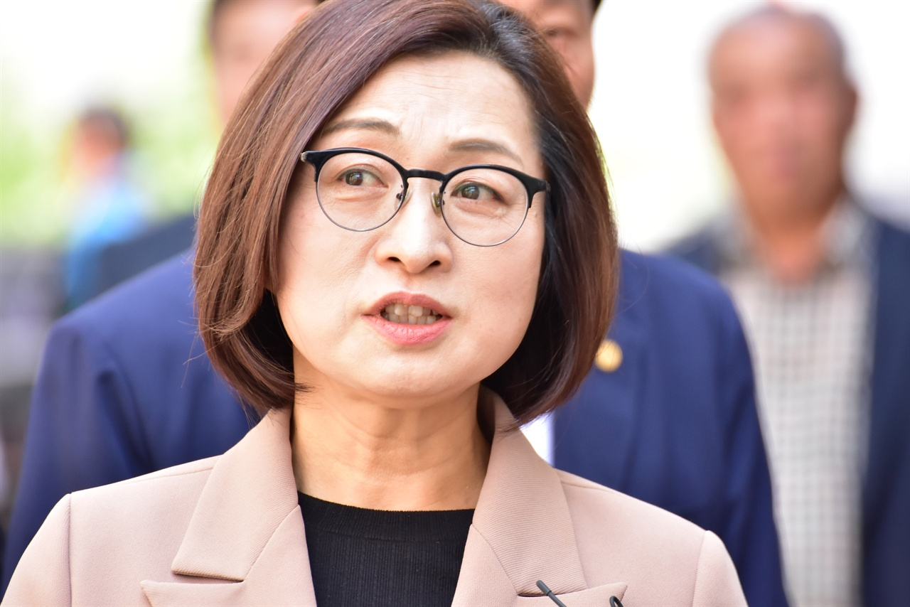 2차 공판에 출석하며 취재진의 질문에 답하고 있는 은수미 성남시장