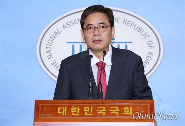 곽상도 자유한국당 의원이 18일 오전 국회 정론관에서 기자회견을 열어 문재인 대통령의 사위 취업특혜 의혹을 제기하고 있다.