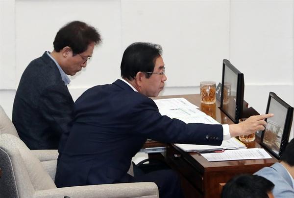 박원순 서울시장과 조희연 교육감이 11일 중구 서울시의회에서 열린 제287회 정례회에 참석해 있다.