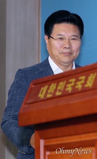 홍문종 한국당 탈당 선언 홍문종 자유한국당 의원이 탈당 선언을 하기 위해 18일 오전 국회 정론관에 들어서고 있다.