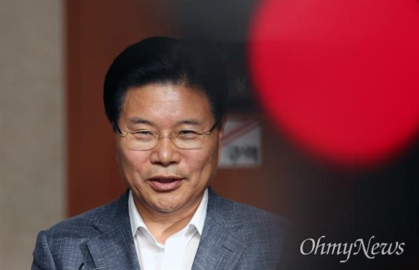 홍문종 한국당 탈당 선언 홍문종 자유한국당 의원이 18일 오전 국회 정론관에서 탈당 선언을 한뒤 기자들의 질문을 받고 있다.