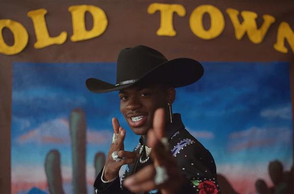 6월 22일 기준 빌보드 싱글 차트 11주 연속 1위를 차지하며 2019년 상반기 최고의 히트곡으로 자리한 'Old town road'의 뮤직비디오 속 릴 나스 엑스.