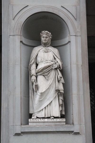 보카치오의 조각상   단테 전기를 쓰기도 했으며, 인간 본연의 모습을 탐구하는 초기 인문학자였다.