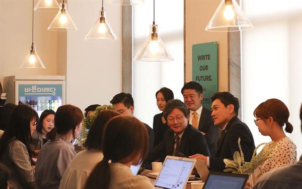 바른미래당 오신환 원내대표가 18일 국회 원내대표실에서 보도진과 차담회를 하고 있다.
