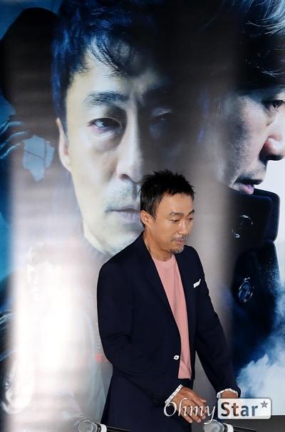 '비스트' 이성민, 괴물로 가는 길 배우 이성민이 18일 오후 서울 CGV용산에서 열린 영화 <비스트> 시사회에서 입장하고 있다. 프랑스 영화 <오르페브르 36번가>를 리메이크한 <비스트>는 희대의 살인마를 잡을 결정적 단서를 얻기 위해 또 다른 살인을 은폐한 한 형사와 이를 눈치챈 라이벌 형사의 이야기를 다룬 작품이다. 6월 26일 개봉.