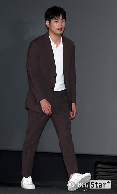'비스트' 최다니엘, 함께하고싶었던 이정호 감독 배우 최다니엘이 18일 오후 서울 CGV용산에서 열린 영화 <비스트> 시사회에서 입장하고 있다. 프랑스 영화 <오르페브르 36번가>를 리메이크한 <비스트>는 희대의 살인마를 잡을 결정적 단서를 얻기 위해 또 다른 살인을 은폐한 한 형사와 이를 눈치챈 라이벌 형사의 이야기를 다룬 작품이다. 6월 26일 개봉.