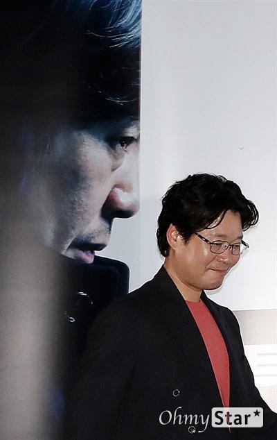 '비스트' 유재명, 주연배우의 므흣함 배우 유재명이 18일 오후 서울 CGV용산에서 열린 영화 <비스트> 시사회에서 포토타임을 갖고 있다. 프랑스 영화 <오르페브르 36번가>를 리메이크한 <비스트>는 희대의 살인마를 잡을 결정적 단서를 얻기 위해 또 다른 살인을 은폐한 한 형사와 이를 눈치챈 라이벌 형사의 이야기를 다룬 작품이다. 6월 26일 개봉.